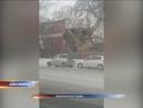 В Новосибирске экскаватор рухнул набок во время сноса жилого дома