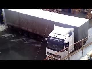 Удивительные навыки вождения грузовика! Это здорово, попросите старого водителя взять с собой.