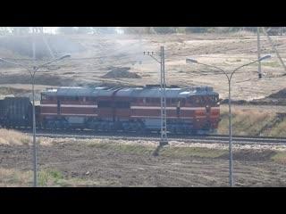 Проезд по Крымскому мосту большого железнодорожного состава с тепловозом, состоящего из нескольких десятков вагонов