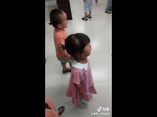 Плачь навзрыд и крики что есть мочи: это первый день после летних каникул в одном из детских садов города Фуян.