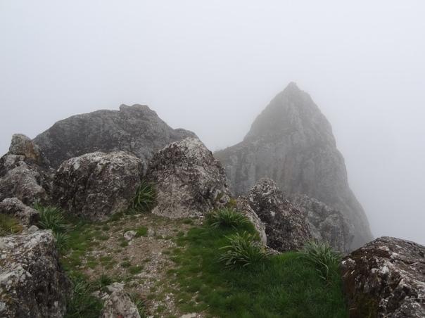 МЕСТО СИЛЫ БЕШБАРМАГ На заре цивилизации горы считались обиталищем духов и богов. На территории Азербайджана издревле к священным относились горные вершины Килигдаг, Бабадаг, Бешбармак Бешбармак