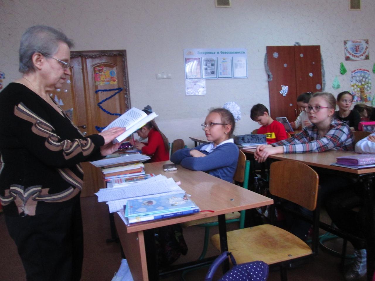 донецкая республиканская библиотека для детей, отдел обслуживания учащихся 5-9 классов, с библиотекой интересно, детям обо всем на свете, новый год шагает по планете