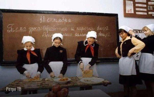 На уроке труда. Москва, 1984 год.... А что вы готовили, помните .Спасибо за и подписку