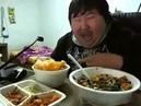 Dicker Asiate freut sich übers Essen