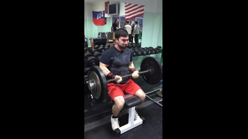 Эльбрус Мамалиев подъем штанги на бицепс сидя 80 кг