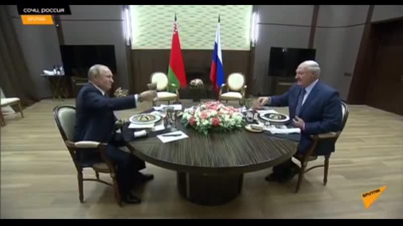 Президенты оживленно общаются и поднимают бокалы. За что пьют лидеры стран пока остается загадкой.