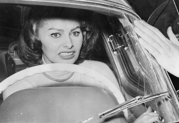 Софи Лорен спасается бегством от поклонников (США, 1956 год)