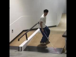 Парень ничего не видит, но это не мешает ему кататься на скейте