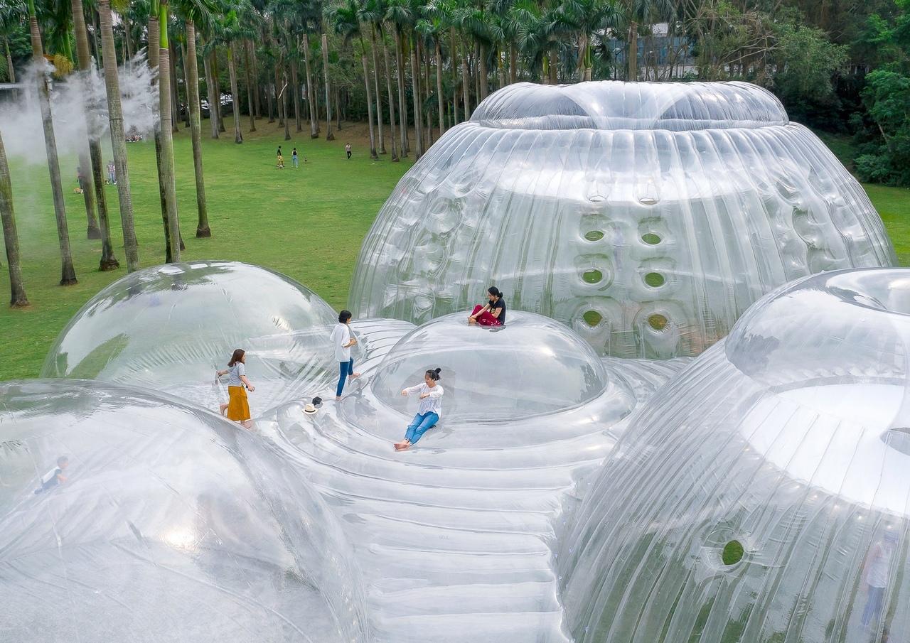 Полупрозрачная надувная конструкция стирает границу между внутренним и внешним пространством