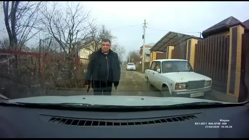 мужчина наставил пистолет на водителя в Армавире