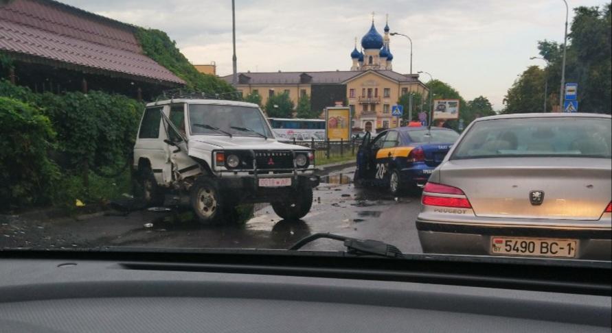 Утром на перекрёстке ул. Мицкевича и Карбышева было ДТП c участием такси