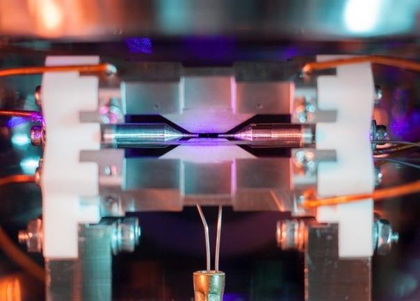 Вы можете увидеть атом невооруженным глазом! Одна из сложностей изучения микромира заключается в том, что она крайне мал. Его, например, невозможно исследовать с помощью микроскопов, которые не