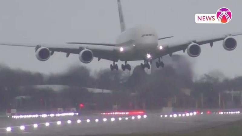 Пассажирский самолет приземлился вопреки штормовому ветру