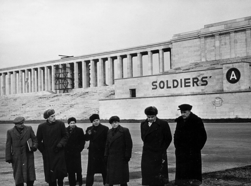 Члены делегации СССР на Нюрнбергском процессе во время выхода со стадиона. Германия. Нюрнберг. 1945 г. Фото А. Б. Капустянского.