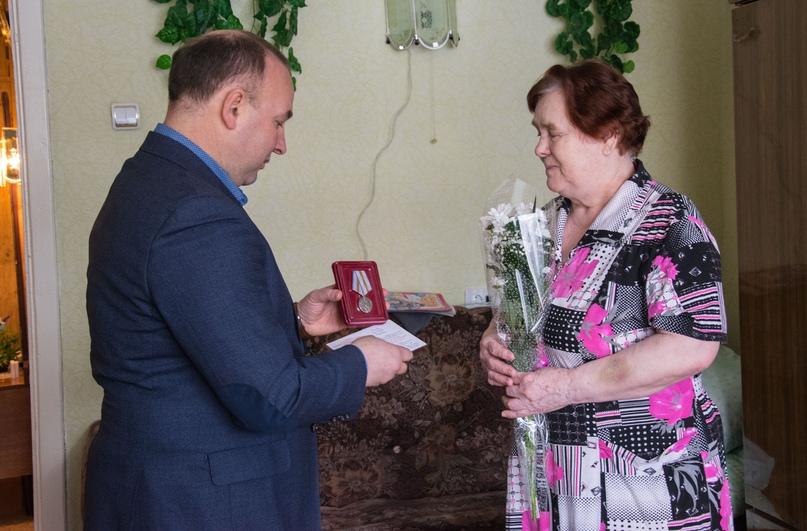 Ухтинкам вручили медали Победы, изображение №3