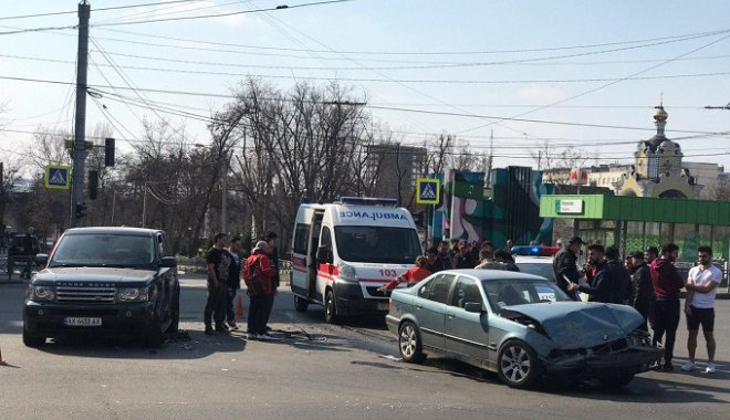 В центре Харькова столкнулись Range Rover и BMW: пострадал мужчина.