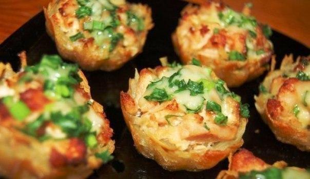 Тарталетки из картофеля с куриным филе под чесночно-сырным соусом Ингредиенты:- Филе курицы - 700 г- Майонез - 200 г- Чеснок - 3 зубчика- Картофель - 6-8 шт (большие)- Сыр - 100-200 г- Зелёный