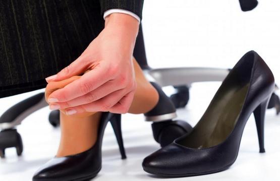 Люди с плоскостопием могут испытывать трудности с ношением высоких каблуков.