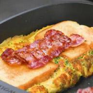 id_53783 Сэндвичи с омлетом: 2 топовых варианта 🥪🥪🥪  1. Омлет с начинкой и хлебом  Хлеб для тостов — 4 ломтика Яйца — 3 шт. Зелень (например, измельченный зеленый лук) — 1 ст. л. Молоко — 30 мл Помидор — 1 шт. Моцарелла — 1 ломтик Сыр твердый — 1 ломтик Растопленное масло Бекон — 3 ломтика Соль — по вкусу Перец — по вкусу  2. Тосты с омлетом внутри  Ингредиенты на 1 порцию:  Хлеб для тостов — 1 ломтик Яйцо — 1 шт. Молоко — 1 ст. л. Тертый сыр — 1 ст. л. Измельченный зеленый лук — 1 ч. л. Соль — по вкусу Перец — по вкусу Измельченный сладкий перец — 1 ст. л. Измельченная ветчина — 1 ст. л.  Автор: Вкусное Дело  #gif@bon