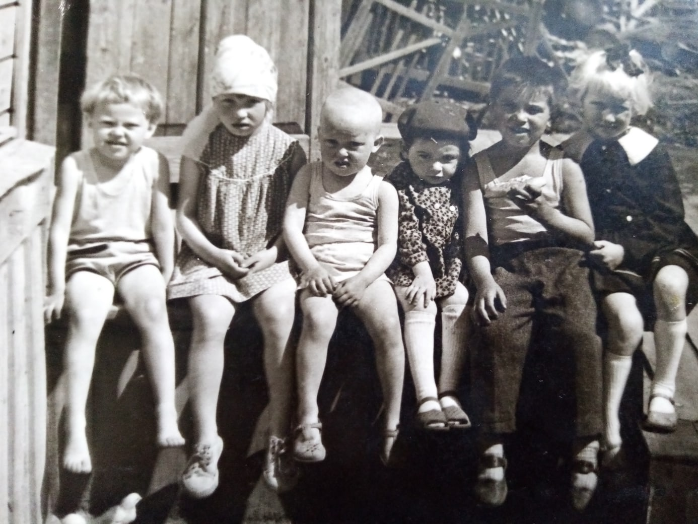 Фото 1960-ых годов, п.Коноша, дети на крыльце
