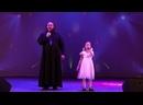 Все в этом мире Богу славу- исполняет семейный дуэт Целищевых Отец Сергей Целищев и дочь Ульяна Целищева.