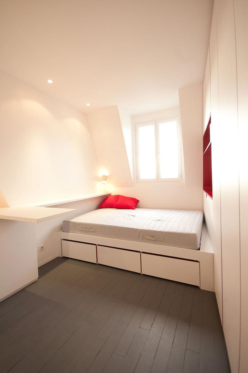 Интерьер маленькой студии около 16 м в Париже.