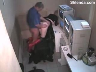 Зрелый взрослый охранник поймал молодую 18лет школьницу воровку в магазине и отт