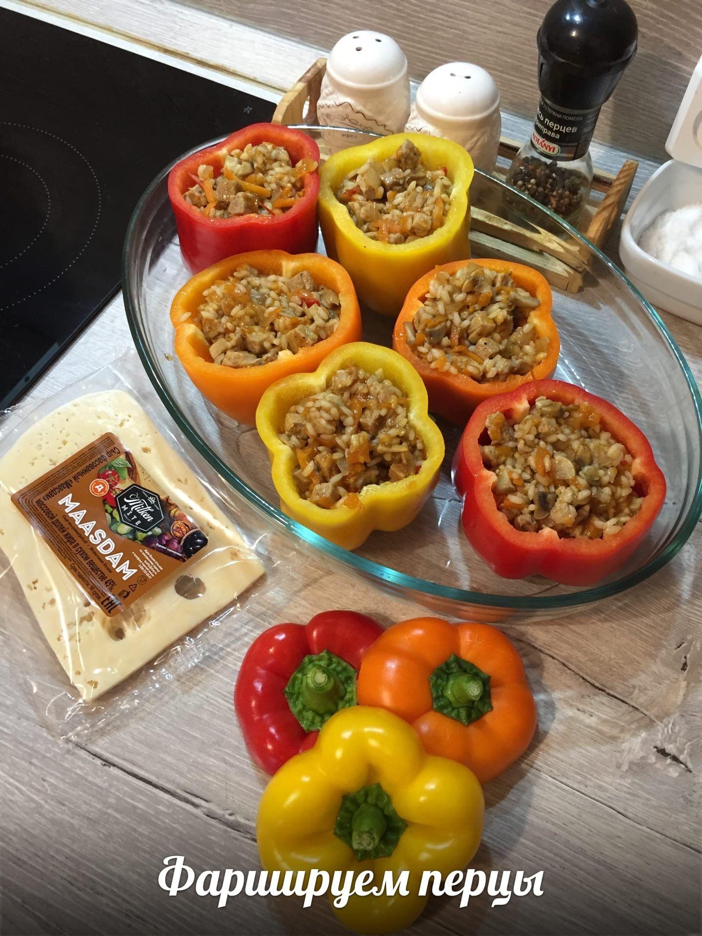 Фаршированные овощами, грибами и рисом с мясом запечённые перцы