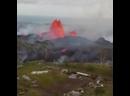 Лава выстреливает в воздухе возле вулкана Килауэа на Гавайях.🌋
