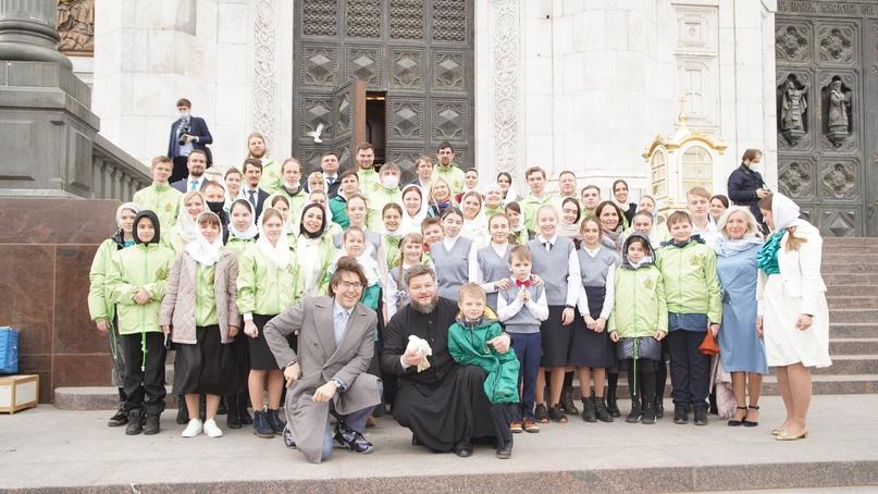 Добровольцы кинокомпании «Союз Маринс Групп» потрудились на Божественной литургии в Храме Христа Спасителя