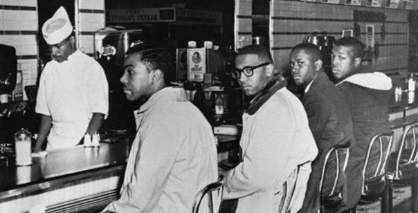 1 февраля 1960 года четыре афроамериканских студента сели за столик небольшого к...
