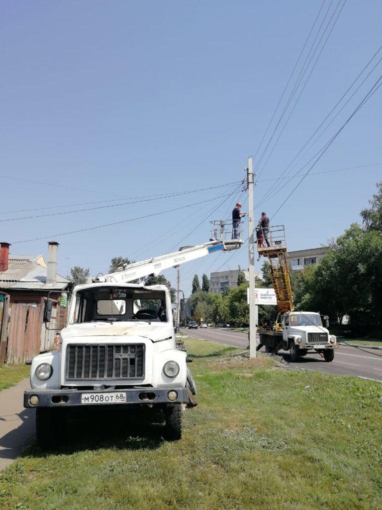 Во время ремонта электрических сетей на юге Тамбова столб рухнул на автомобиль энергетиков