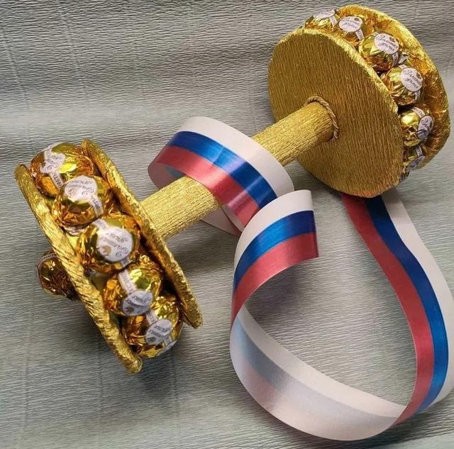 Как сделать штангу из конфет своими руками мастер-класс, Как сделать гантели из конфет своими руками мастер-класс, Как сделать спортивные снарялы из конфет своими руками мастер-класс,