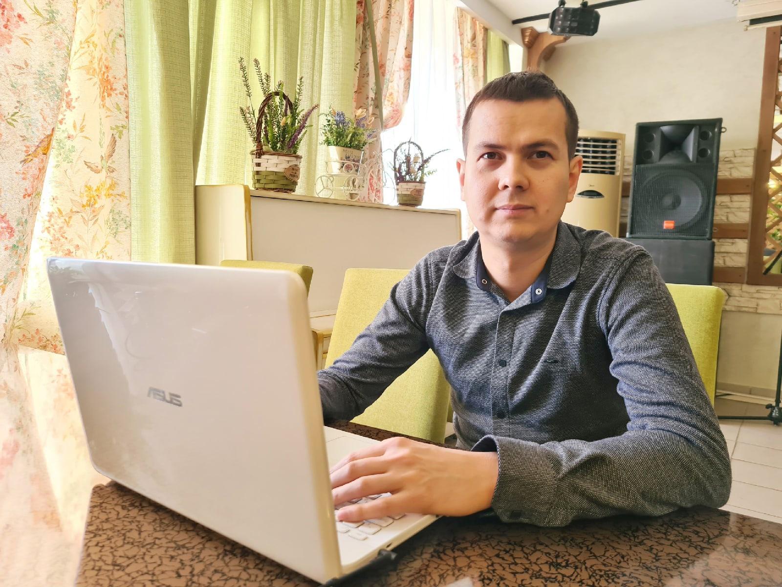 На фото Ильнур Гилмутдинов. Он помогает людям