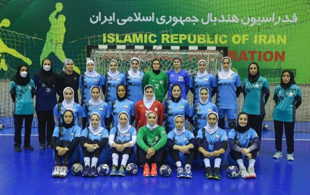 Сборная Ирана. Екатерина Пече — пятая справа в верхнем ряду. Юлия Таран — третья слева в верхнем ряду