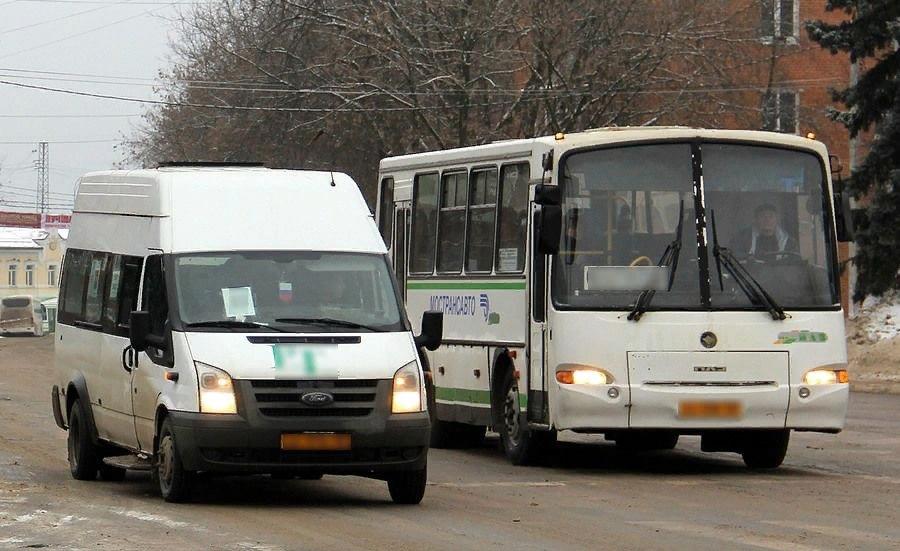 Борьба муниципального и коммерческого транспорта на лицо. И даже с виду автобус лучше, вместительнее и комфортнее.