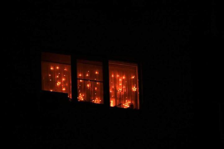 В Боровлянах мужчина получил 15 суток за гирлянду на окне. Украшение суд постановил уничтожить