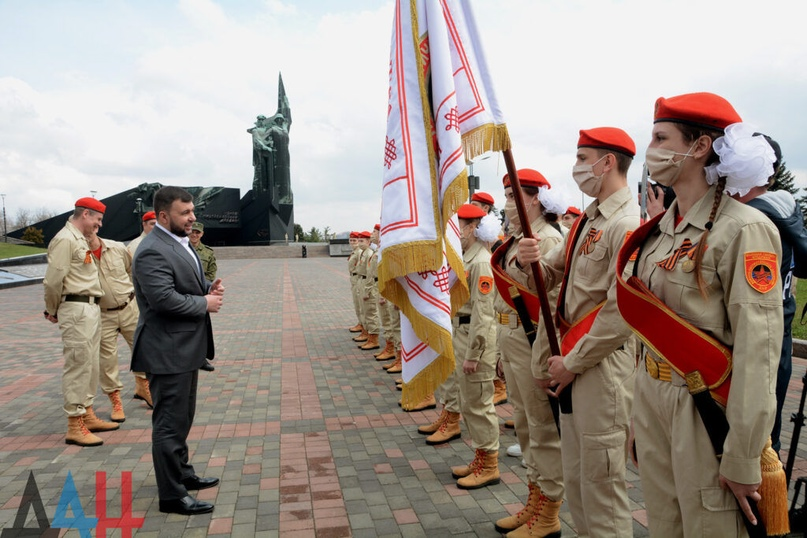 Глава ДНР Денис Пушилин вручил ключи от двух автобусов большой вместимости участ...