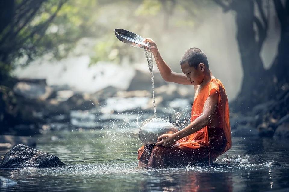 буддизм монах у воды