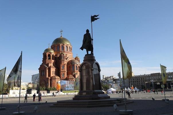 Сегодня с утра у главного собора Волгограда собрал...