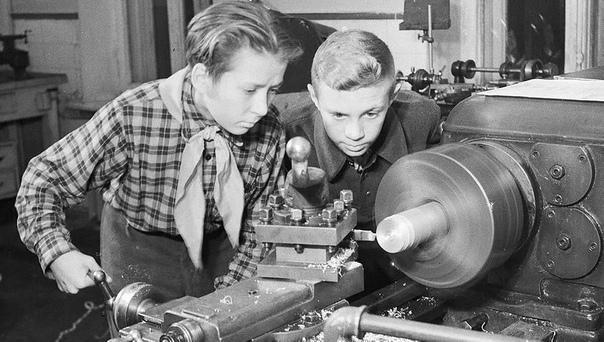На снимке: советские пионеры на заводе, 1940-е Работать некому, 12-летние дети заменяют ушедших на фронт отцов