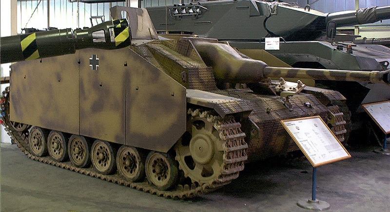 ШтуГ III имели низкий силуэт и не пробивались 45 мм противотанковыми орудиями. В 1943 производились уже вариант Г (Ausführung G), имевшие длинноствольное орудие и усиленную до 80 мм броню, что отлично защищало их от 76,2 мм орудий ЗИС-3, и танковых пушек ЗИС-5 и Ф-34. Stahlkocher • CC BY-SA 2.0 https://de.wikipedia.org/wiki/Sturmgesch%C3%BCtz_III
