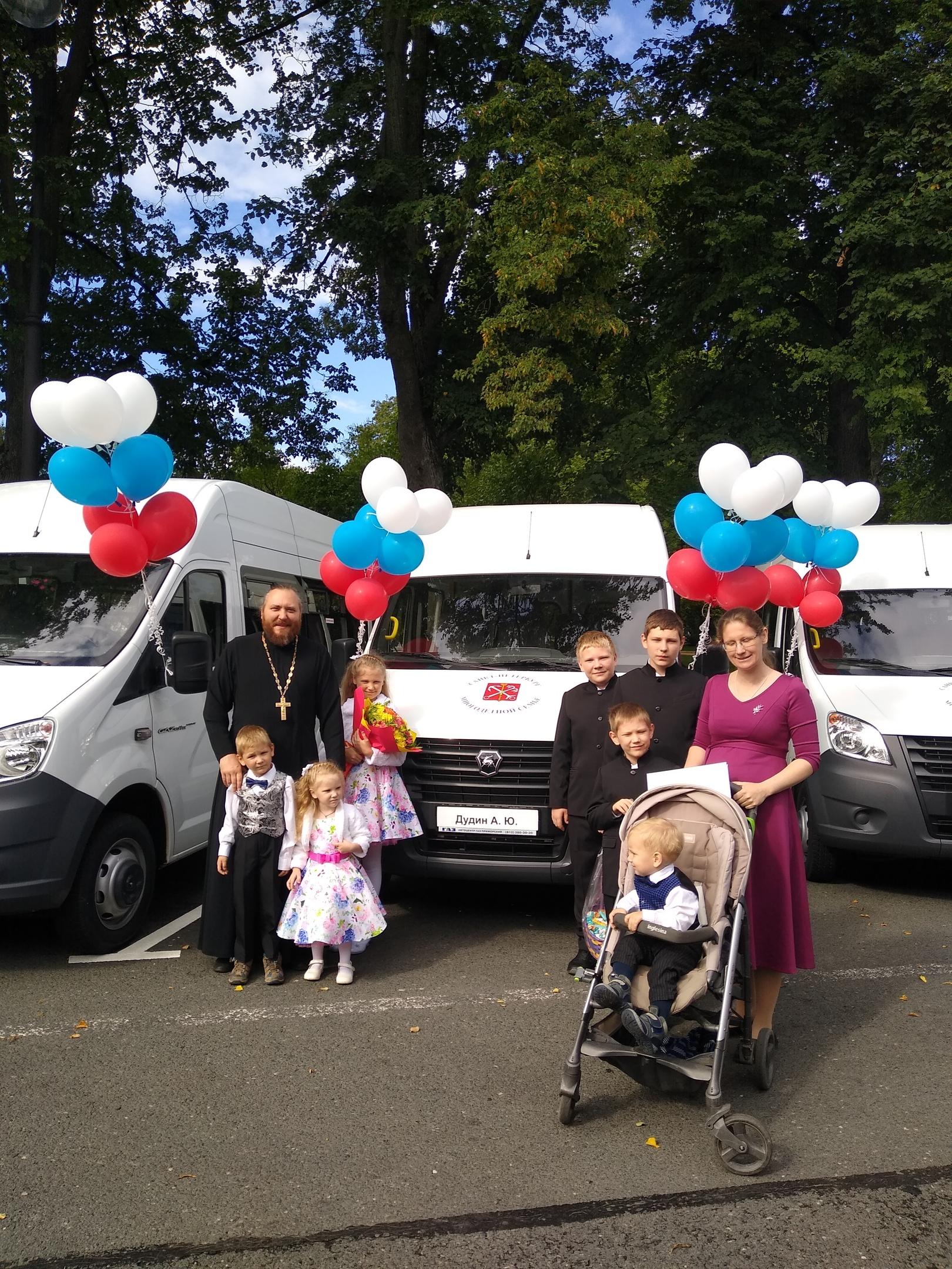 Сегодня, 26 августа, власти Петербурга вручили 9 многодетным семьям ключи от микроавтобусов.