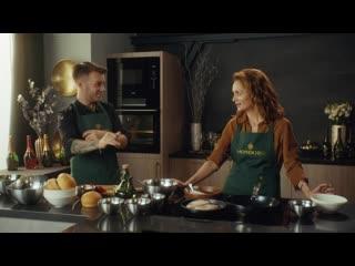 Виктория Исакова готовит бургер с трюфельной пастой