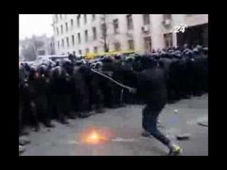 на митинге в Киеве неизвестный нападал на БЕРКУТ используя тяжелую железную цепь