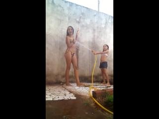 Красивая девушка купается с младшей сестрой